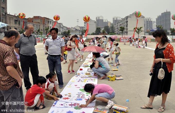 """""""手绘中国梦""""百米长卷活动现场"""